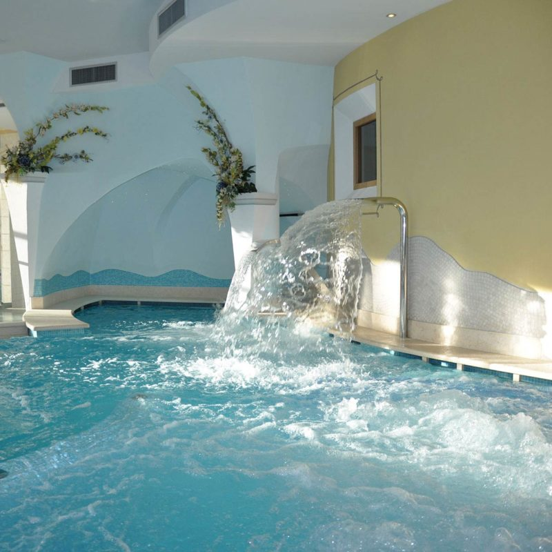 Vasca idromassaggio nel centro wellness